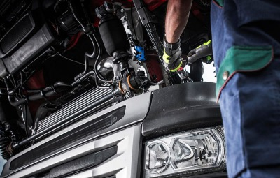 lavar el motor de un camión